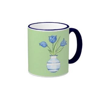 Tasse verte de tulipes bleues