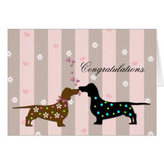 Teckels affectueux épousant des félicitations cartes