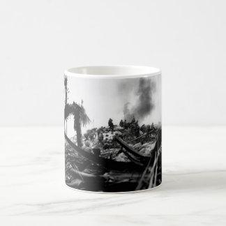 Tempête Tarawa de marines.  Image de Gilbert_War Mug Blanc
