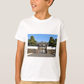 Temple gate in Tokyo, Japan T-Shirt