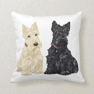 Terriers écossais blonds comme les blés et noirs coussin décoratif