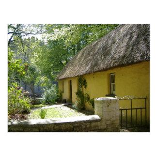Thatched cottage in Bunratty Folk Park - Ireland Postcard