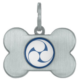 The left three-sided crest (area pulling out pet tag