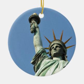 The statue of liberty round ceramic ornament