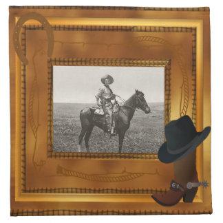 Thème occidental avec le modèle photo de botte et serviettes en tissus