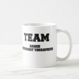 Thérapeutes de mouvement de danse d'équipe tasse à café