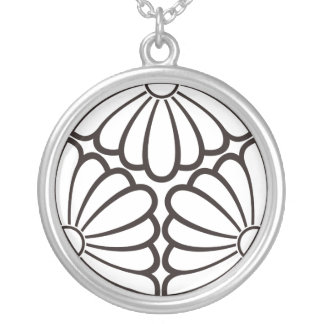 Three dividing chrysanthemums of shade silver plated necklace