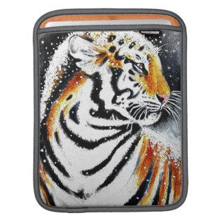 Tiger In The snow noir iPad Sleeve