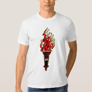 Torche avec la flamme sur la lumière t shirt