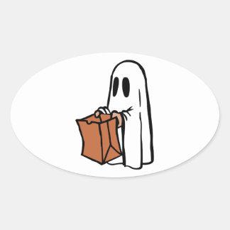 Tour ou Treater habillé comme fantôme avec le sac Autocollant Ovale
