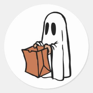 Tour ou Treater habillé comme fantôme avec le sac Autocollants Ronds
