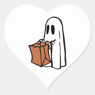 Tour ou Treater habillé comme fantôme avec le sac Autocollants En Cœur