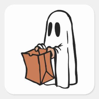 Tour ou Treater habillé comme fantôme avec le sac Sticker Carré