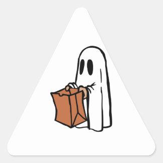 Tour ou Treater habillé comme fantôme avec le sac Sticker En Triangle