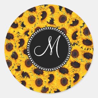 Tournesols vibrants de monogramme beaux floraux adhésifs ronds