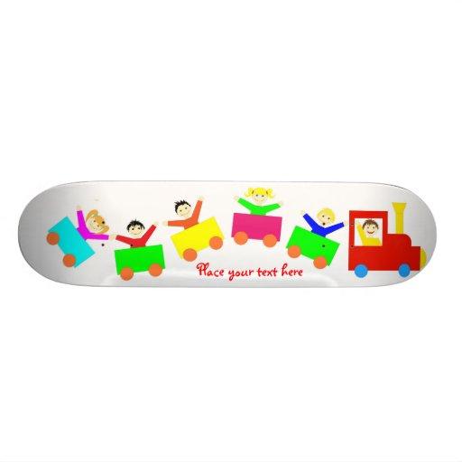 Train heureux d'enfants skateboards