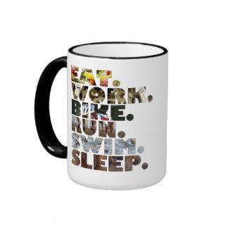 Triathlete mangent la vie quotidienne de sommeil d tasses