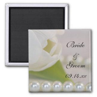Tulipe blanche et perles épousant l'aimant magnet carré