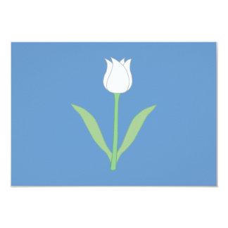 Tulipe blanche sur le bleu carton d'invitation 8,89 cm x 12,70 cm