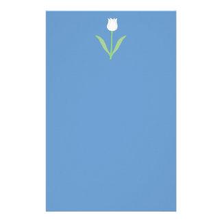 Tulipe blanche sur le bleu papier à lettre personnalisé
