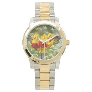 Tulipe et papillon rouges et jaunes montres