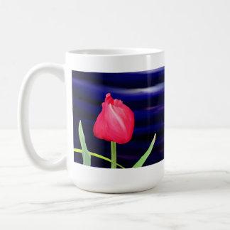 Tulipe sur la tasse bleue de pot