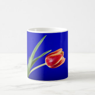 Tulipe sur l'arrière - plan bleu mug blanc