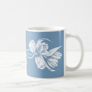 Tulipes blanches de monogramme sur le bleu de tasse