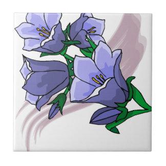 Tulipes bleues sur le remous de prune petit carreau carré