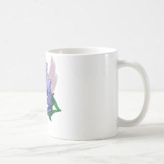 Tulipes bleues sur le remous de prune tasses à café