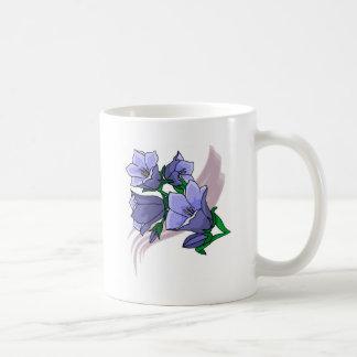 Tulipes bleues sur le remous de prune mugs