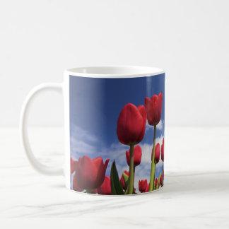 Tulipes rouges, ciel bleu mug à café
