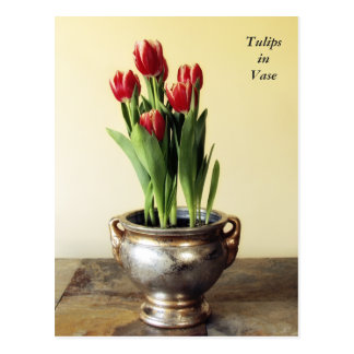 Tulipes rouges en carte postale de vase