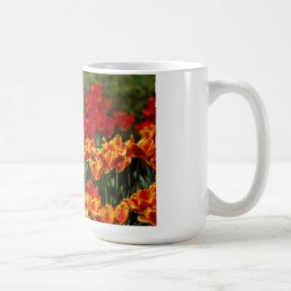Tulipes rouges et jaunes tasse à café
