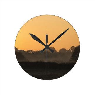 Un beau lever de soleil d'automne horloge ronde