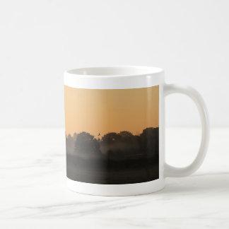 Un beau lever de soleil d'automne tasse à café