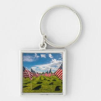 Un champ des drapeaux américains sur le souvenir porte-clé carré argenté