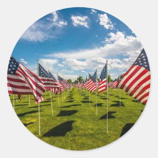 Un champ des drapeaux américains sur le souvenir sticker rond