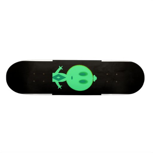 Un petit homme vert skateboards personnalisés