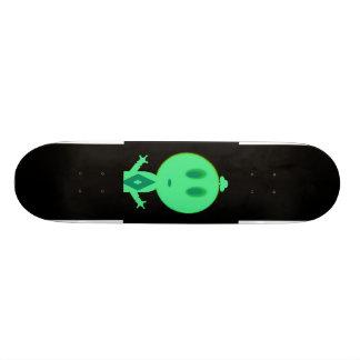 Un petit homme vert planches à roulettes customisées