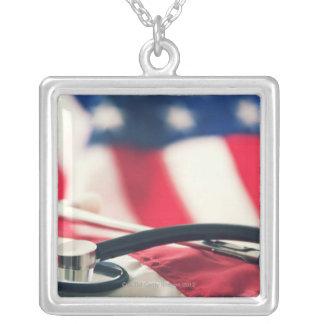 Un stéthoscope médical avec un drapeau américain pendentifs