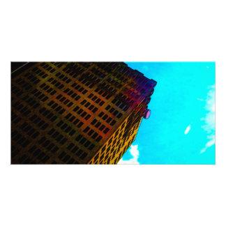 Un vibrant et un édifice haut contre le ciel bleu cartes de vœux avec photo