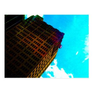 Un vibrant et un édifice haut contre le ciel bleu carte postale