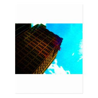 Un vibrant et un édifice haut contre le ciel bleu cartes postales