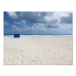 Une chaise de plage attend photo d'art