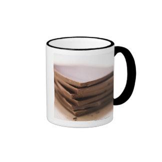 Une pile du chocolat du boulanger prête à être mug ringer
