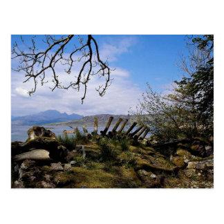 Une vue d Ord à travers le loch Eishort Ecosse da Carte Postale