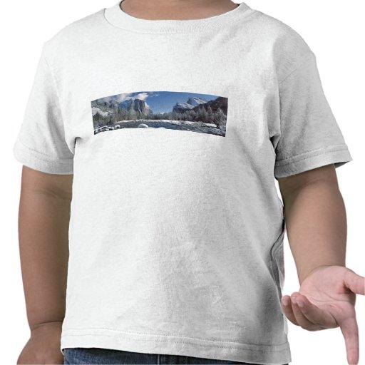 USA, California, Yosemite NP. The Merced River, Shirts