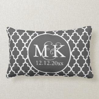 V2 gris et blanc de mariage décoré d'un monogramme coussin