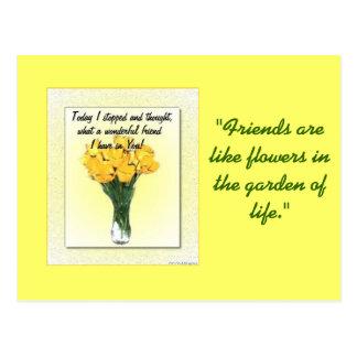 Vase avec la carte postale de jonquilles